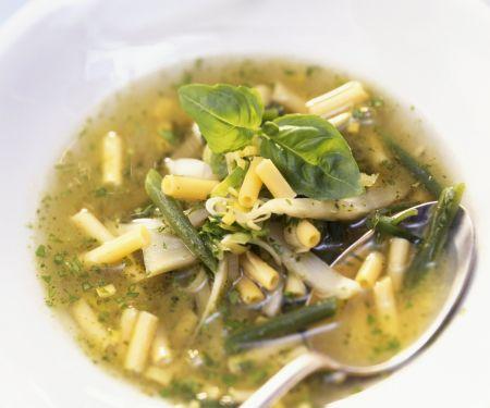 Grüne Gemüsesuppe mit Pesto