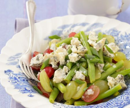 Grüner Bohnensalat mit pikantem Käse und Trauben