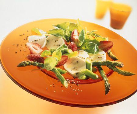Grüner Spargel-Spinatsalat mit Erdbeeren und Mozzarella