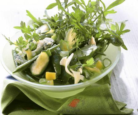 Grüner Wintersalat mit Brokkoli, Zucchini und Rucola