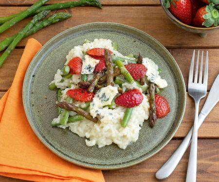 Grünes Spargel-Risotto mit Blauschimmelkäse und Erdbeeren