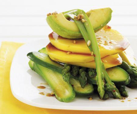 Gurken-Avocado-Salat mit Mango und Spargel
