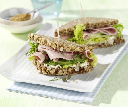 Gurkensandwich mit Geflügelwurst