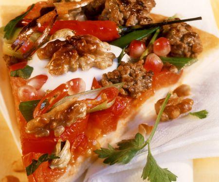 Hackfleisch-Pizza mit Granatapfelkernen