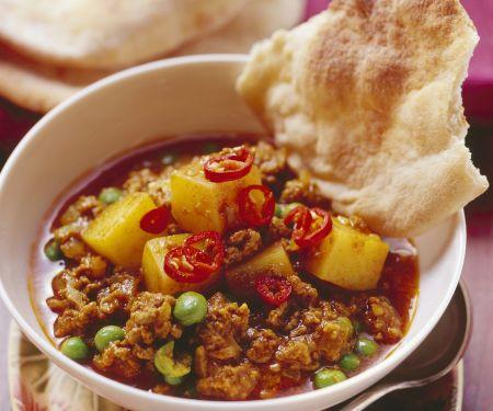 Hacktopf mit Kartoffeln und Erbsen auf indische Art