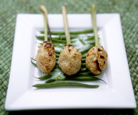 Hähnchen auf Zitronengras-Spieß dazu Bohnen