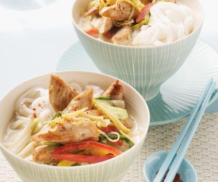Hähnchen-Kokos-Suppe mit Reisnudeln und Gemüse