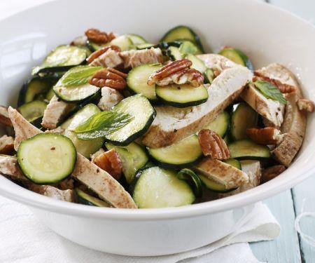 Hähnchen-Zucchini-Salat mit Nüssen