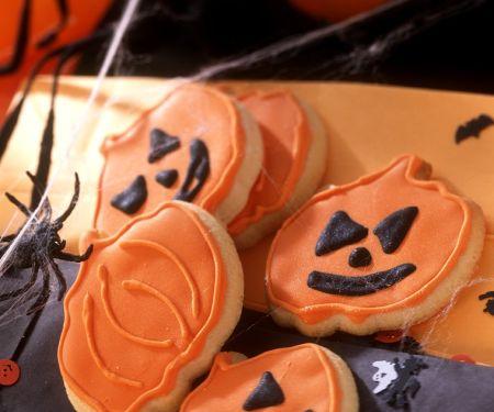 Halloween-Cookies in Kürbisform