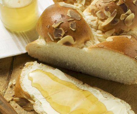 Hefezopf mit Butter und Honig