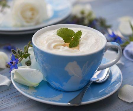 Heiße Milch mit Eierlikör und Sahne