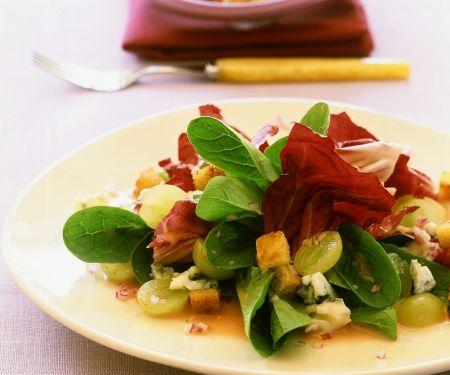 Herbstlicher Blattsalat mit Trauben und Käse