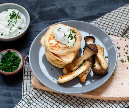 Herzhafte Pancakes mit gebratenen Kräuterseitlingen und Sour Cream