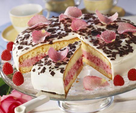 Himbeer-Joghurt-Torte mit Rosenblättern