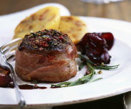 Hirschkalbsrücken mit Pfeffer dazu Rotweinschalotten