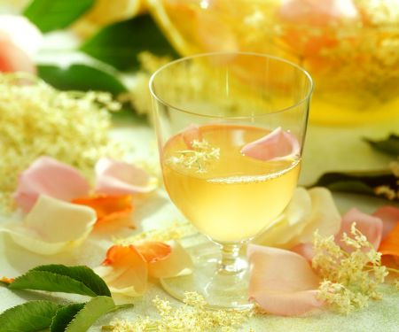Hollerblüten-Rosen-Drink