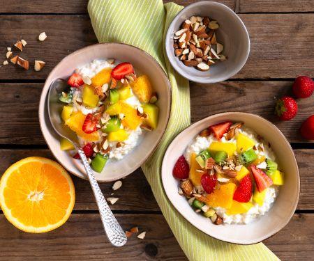Hüttenkäse mit Obst
