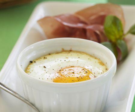 Im Ofen gestockte Eier (Oeufs Cocotte) mit Schinken