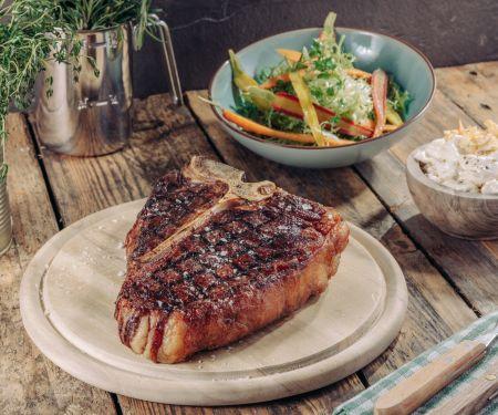 Irish T-Bone-Steak mit Kartoffelchips-Butter und Vanillemöhren