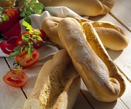 Italienische Weissbrote, frische Tomaten und Kräuter