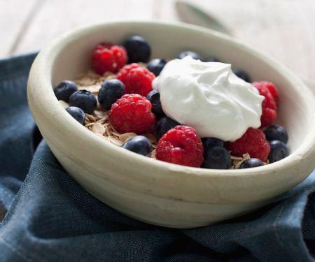 Joghurt mit Haferflocken und Beeren