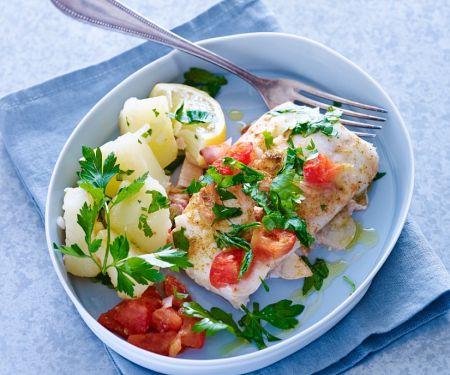 Kabeljaufilets aus dem Ofen mit Tomaten und Kartoffeln
