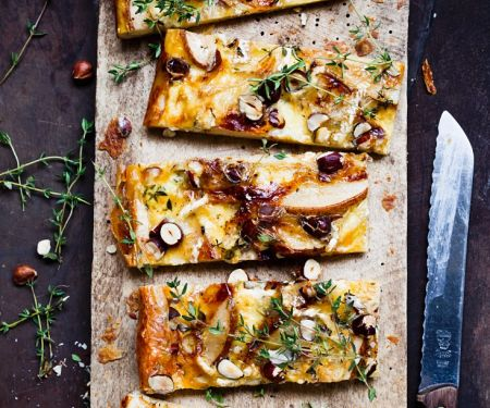Käse-Birnen-Tarte mit Nüssen und Thymian