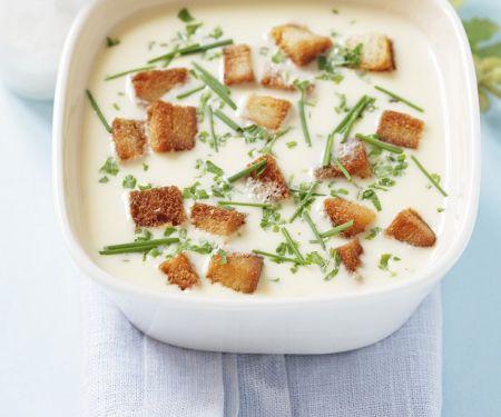 Käsecremesuppe mit Brotwürfeln