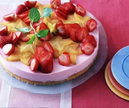 Käsekuchen mit Erdbeeren und Sternfrucht