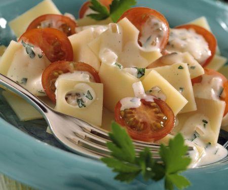 Käsesalat mit Tomaten und Senfsoße