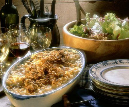 Käsespätzle mit Röstzwiebeln und Salat