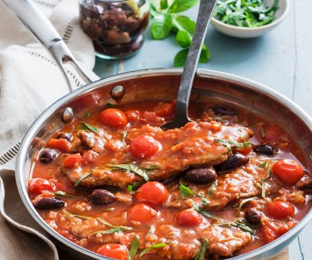 Kalbschnitzel in Tomaten-Oliven-Sauce mit Basilikum