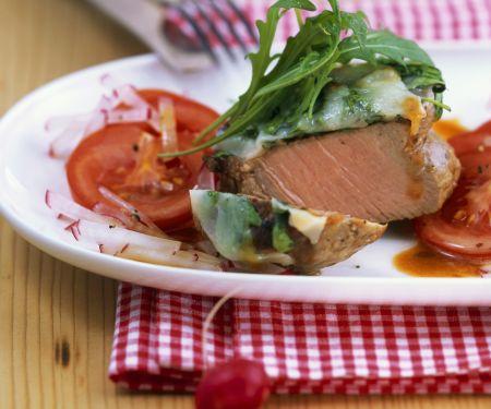 Kalbslende mit Rucolahaube und Radieschen-Tomaten-Salat