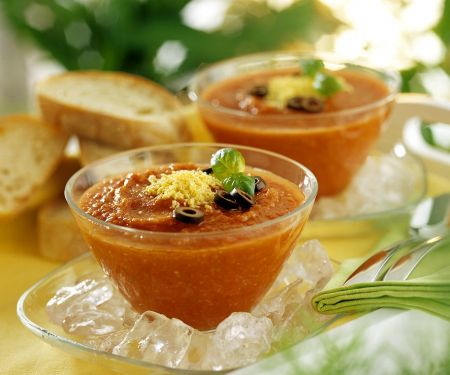 Kalte Gemüsesuppe mit Oliven