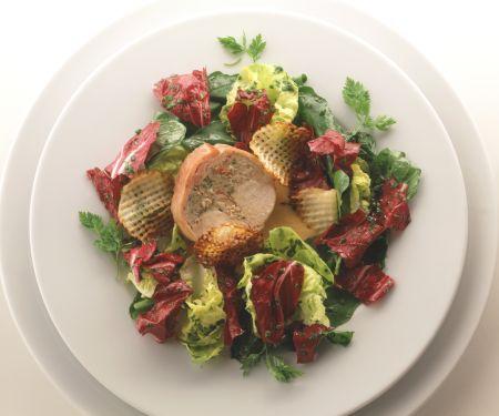Kaninchen mit Hummerfüllung auf Blattsalat