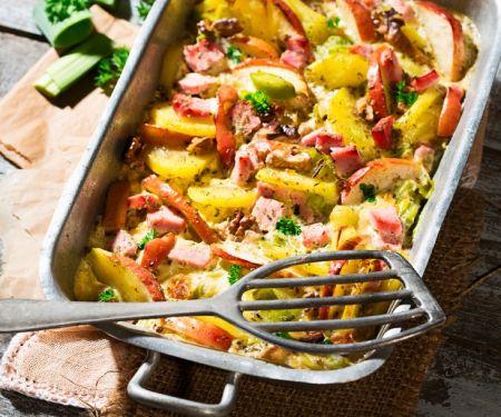 Kartoffel-Kassler-Auflauf mit Äpfeln und Nüssen