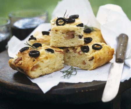 Kartoffel-Olivenbrot und Schinken