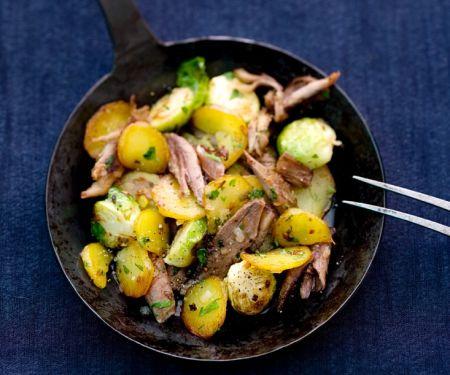 Kartoffel-Rosenkohlpfanne mit Gänsefleisch