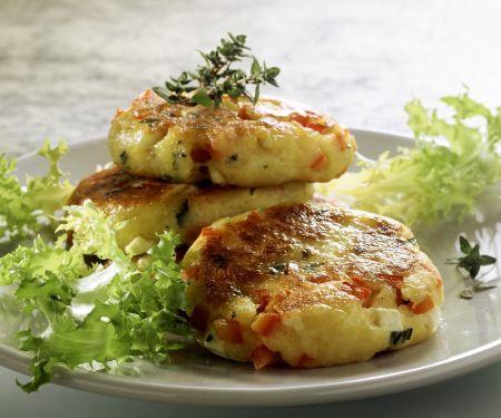 Kartoffelküchlein mit Schafskäse und Tomaten