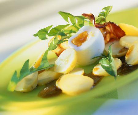 Kartoffeln mit Löwenzahn, Speck und Ei