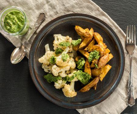 Kartoffeln und Blumenkohl aus dem Ofen mit Bärlauch-Pesto