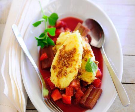 Kartoffelnocken auf Erdbeer-Rhabarber-Sauce