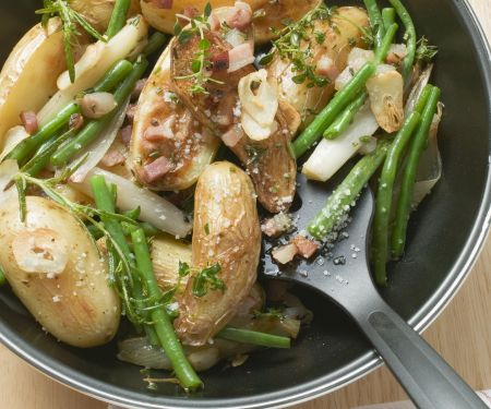 Kartoffelpfanne mit grünen Bohnen und Speck