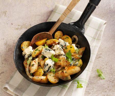 Kartoffelpfanne mit Spargel und Roquefort