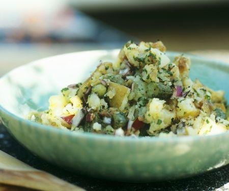 Kartoffelsalat mit Gewürzgurken und Zwiebeln