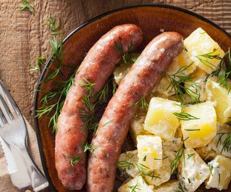 Kartoffelsalat mit Kräutern und Bratwürsten