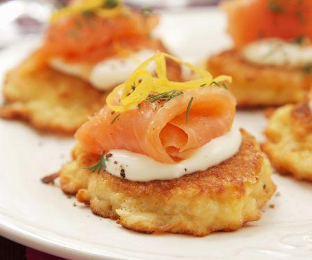 Kartoffeltörtchen mit saurer Sahne und geräuchertem Lachs