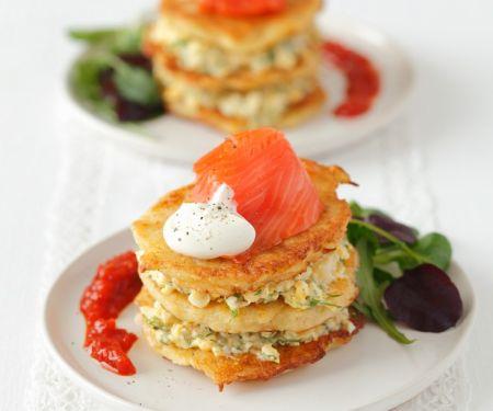 Kartoffeltürmchen mit Eiersalat und Räucherlachs