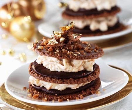 Keks-Türmchen mit Cremefüllung und Schokolade