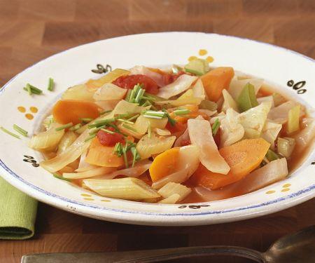 Klare Gemüsesuppe mit Weißkohl